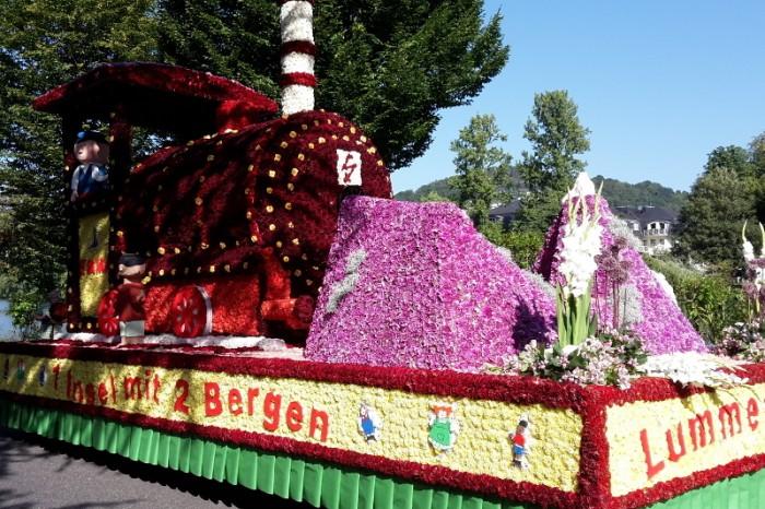 Blumenkorso, Dahlienblüten, rollende Blütenschau