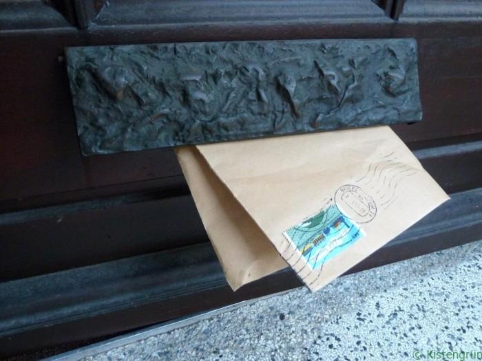 Briefumschlag im Briefkasten, © Melanie Öhlenbach / Kistengrün