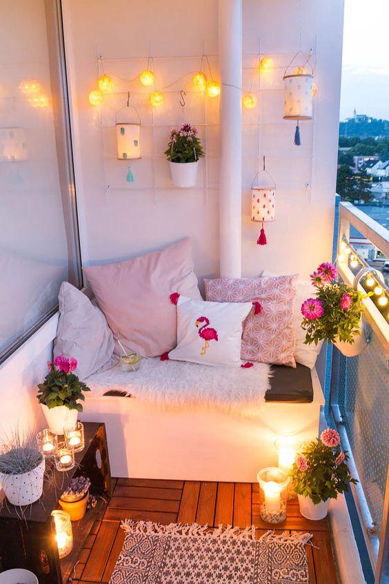 Hoffe und Textilien geben Deinem Garten oder Balkon einen gemütlichen Look. Auch die Beleuchtung ist entscheidend. Lampions kannst Du auch selber basteln.Foto: www.arstextura.de/ Dörthe Kirsten Meyer