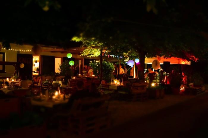 """Schön in """"Herr Bergs Garten"""" : Ob Kaffee und Kuchen im Sonnenschein oder Veranstaltung in schöner Abendstimmung auf der Sommerterrasse. Foto: Herr Bergs Garten"""