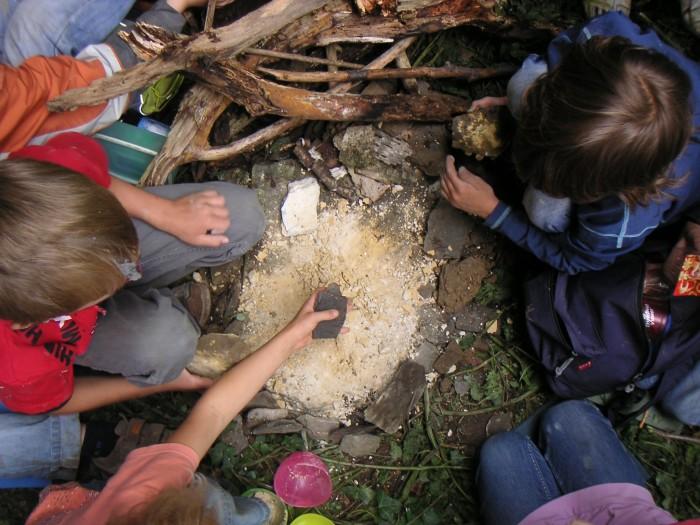 Kinder erleben die Natur mit allen Sinnen. Foto: QuerWaldein