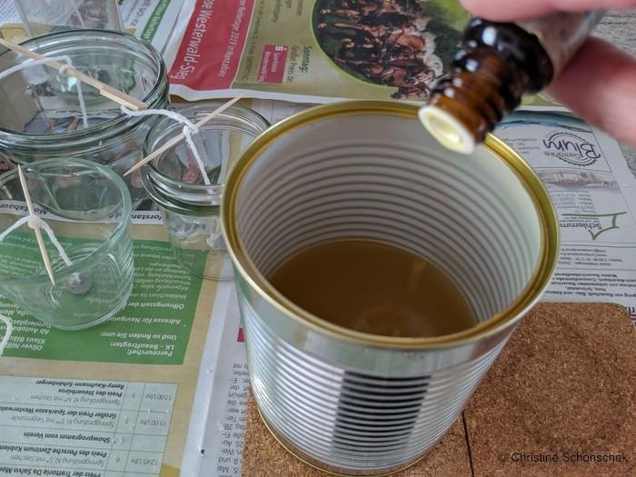 DIY, Anti-Mücken-Licht, Kerzen gießen, Citronella-Öl in das flüssige Wachs tropfen.