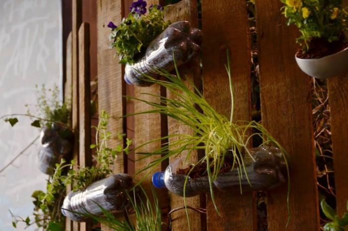 Vertikaler Garten aus PET Flaschen